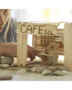 Un café et son intérieur fait de bâtons de friskos