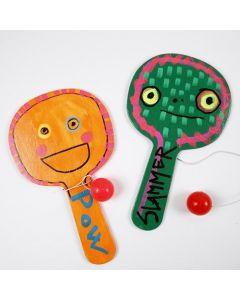 Des jouets en bois peints et décorés avec des marqueurs Uni Posca