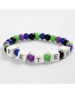 Bracelet élastique avec des mots composés avec des perles en forme de lettres