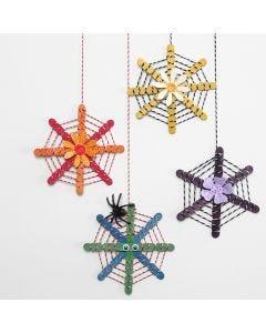 Des décorations à suspendre faites avec des bâtons de construction décorés avec du cordon de coton et des fleurs découpées