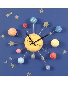 Une horloge murale décorée avec des planètes en pâte Silk Clay, des étoiles autocollantes et du fil d'aluminium