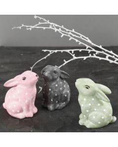 Des lapins en porcelaine peints et décorés avec de la peinture pour verre & porcelaine et des feutres pour verre & porcelaine