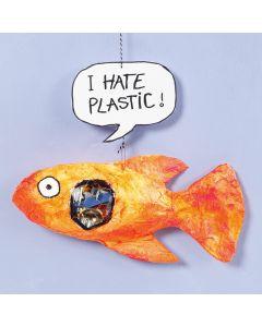 Un poisson en bandes plâtrées avec du plastique dans le ventre