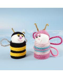 Insectes faits à partir de tubes en carton et de boules de polystyrène recouvertes de laine