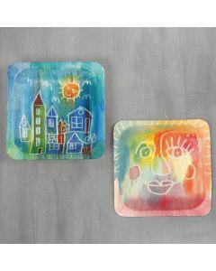 Des dessins sur des assiettes en bois avec de l'aquarelle et de la gomme à dessiner