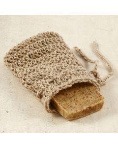 Un pochon à savon crocheté en ficelle naturelle