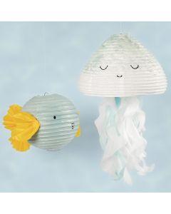 Une méduse et un poisson faits à partir d'une lampe en papier de riz décorée avec de la peinture acrylique et du papier de soie