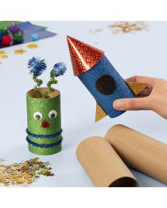 Une fusée spatiale et un extraterrestre faits à partir de tubes en carton décorés avec du matériel de bricolage