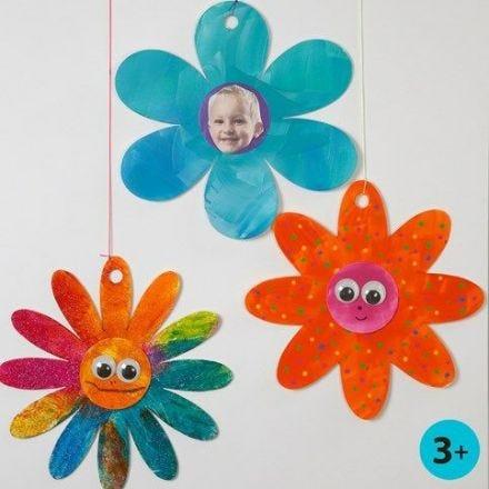 Peinture brillante et Yeux loucheurs sur Fleurs en papier cartonné