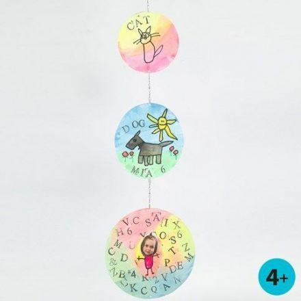 Un Mobile fait à partir de ronds disques en papier cartonné avec aquarelles, empreintes et dessins