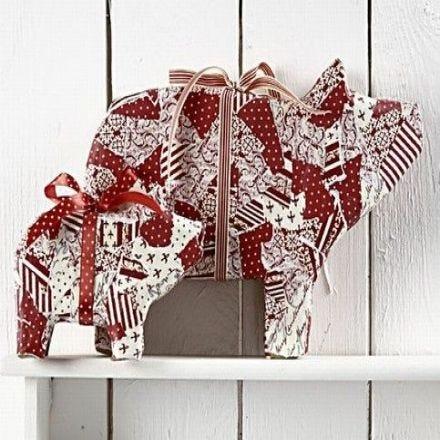 Cochons avec papier et rubans
