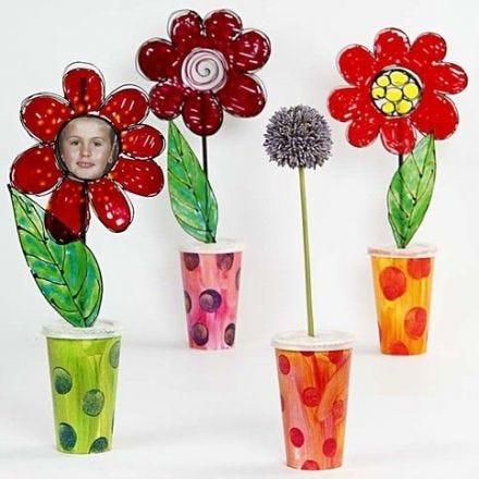 Vases en carton avec fleurs