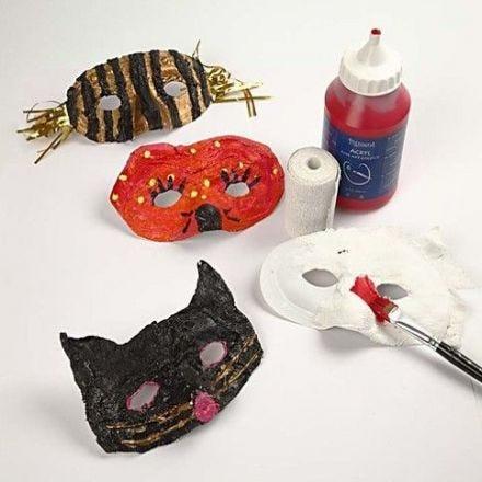 Masques en plastique avec bandage de gaze