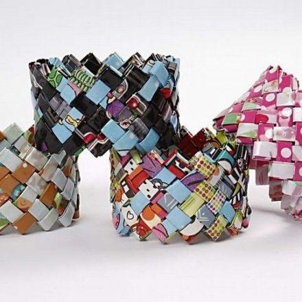 Un bracelet tissé à partir de papier cadeau