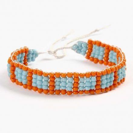 Bijoux scolaires: Un bracelet tissé sur un métier à tisser pour perles