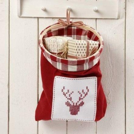 Un sac fait à partir d'un essuie main avec un décor brodé