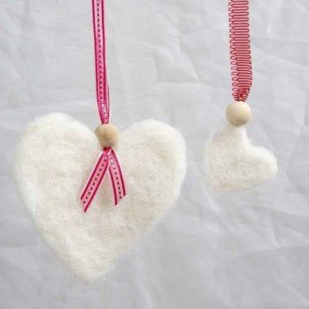 Coeur en laine feutrée avec un ruban