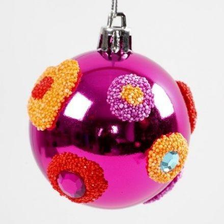 Des décorations de Foam Clay sur des boules de Noël