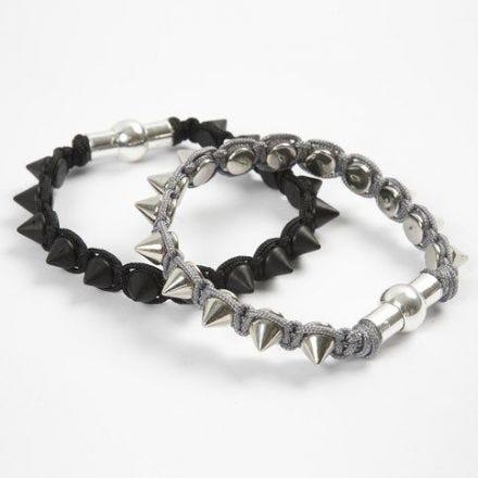 Un bracelet tressé avec rivets en métal