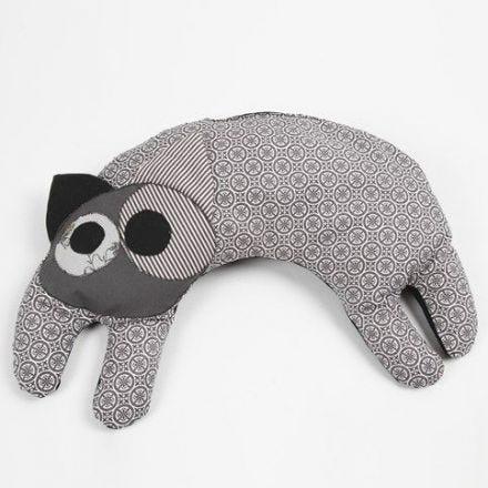 Un coussin thermique en forme de chat fait à partir de tissu design bio