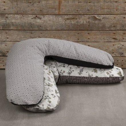 Un coussin d'allaitement fait avec du tissu de coton bio de Vivi Gade