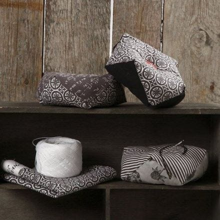 Un coussin à épingles fait avec du textile et un bouton de chez Vivi Gade design