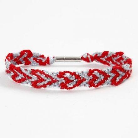Un bracelet d'amitié avec coeurs fait avec du fil à broder