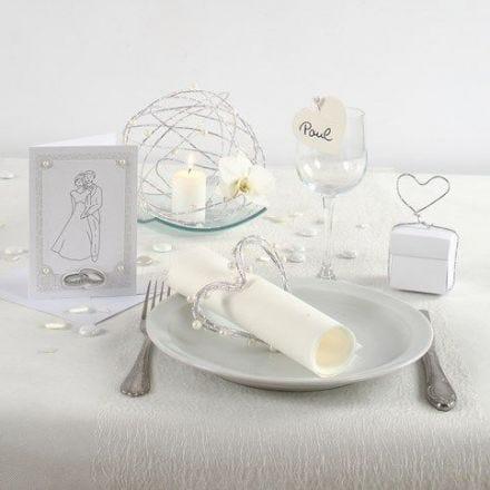Une invitation et une décoration de table pour un mariage en blanc