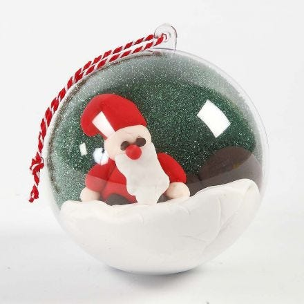 Une boule décorative avec un paysage et une figurine à l'intérieur