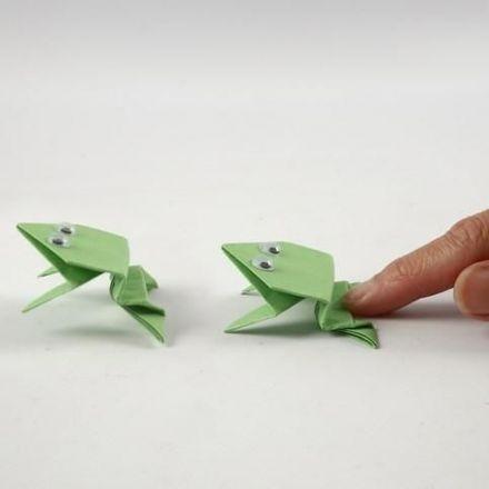 Une grenouille en origami avec des yeux loucheurs