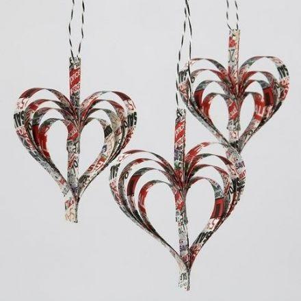 Des coeurs faits en bandes de papier étoiles agrafées ensemble