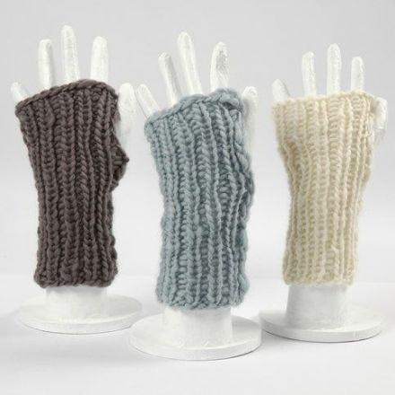 Deux mitaines tricotées faites à partir d'une pelote de laine