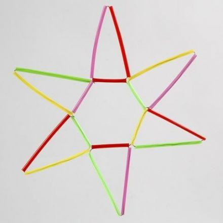 Une étoile faite de pailles de constructions colorées sur du fil pour fleurs