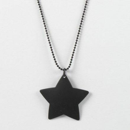 Un collier en chaîne de perles de métal noir avec un étoile en métal comme pendentif