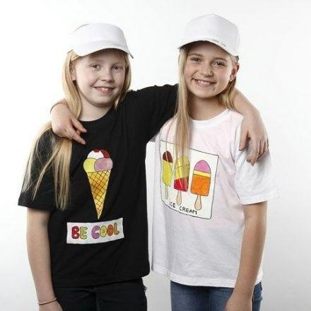 Des T-shirts décorés de dessins de glaces faits avec de la peinture textile