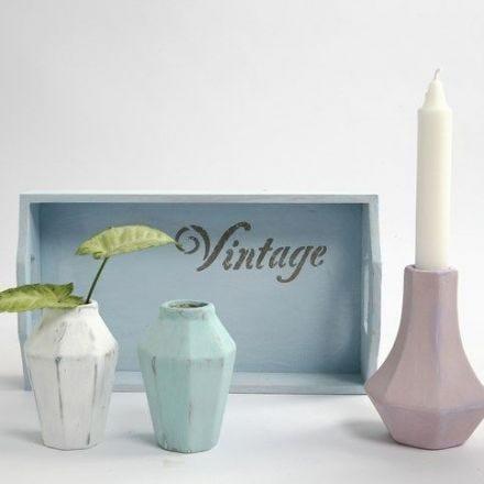 Des petits vases en terre cuite peints avec de la peinture effet craie Look Vintage