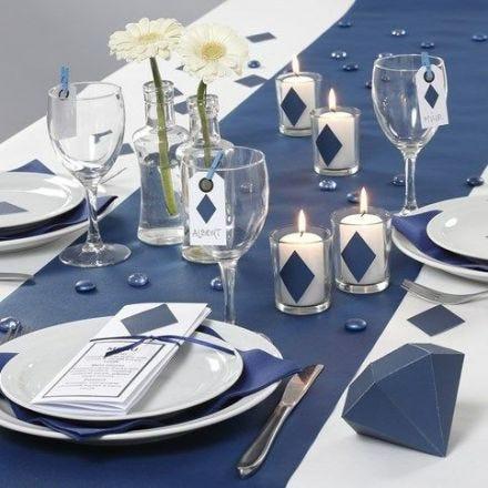 Des décorations de table et une carte de menu bleues de la collection Happy Moments