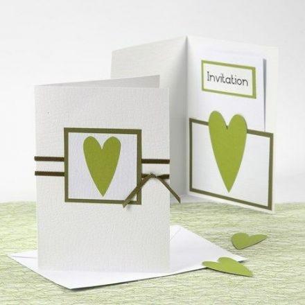 Une carte d'invitation et une carte de menu blanches et vertes de chez Happy Moments
