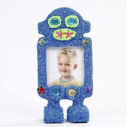 Un cadre photo en forme de robot, recouvert avec de la pâte Foam Clay