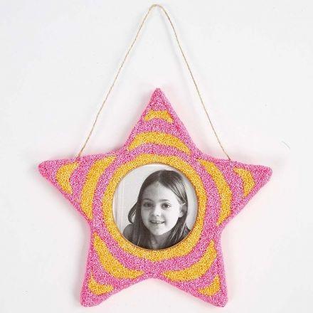 Un cadre en forme d'étoile recouvert de pâte Foam Clay