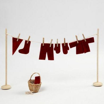 Un fil à linge miniature avec des habits de lutin