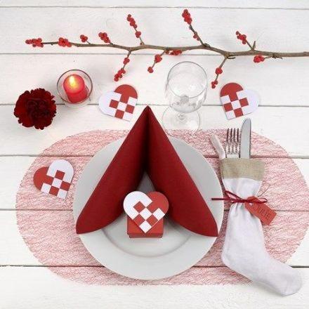 Décoration d'une table de Noël rouge et blanche