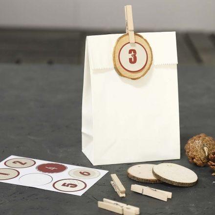 Des sacs de papier décorés pour les cadeaux du calendrier de l'Avent