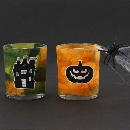 Des bougeoirs pour bougies chauffe-plat avec du papier de soie paille et des autocollants Halloween