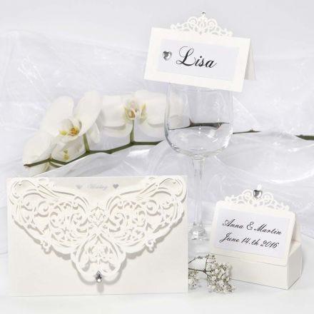 Des cartes de voeux en dentelle décorées, des marque-places et des décorations de table