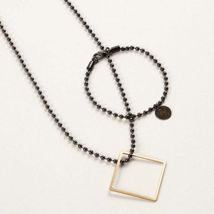Un bijou en chaîne de perles avec pendentifs