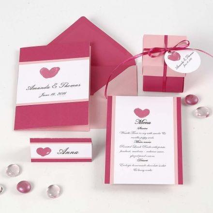 Une invitation, un marque-place, une carte de menu et des décorations de table aux couleurs roses