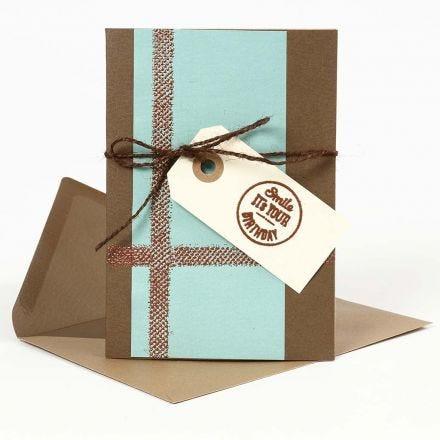 Gaufrage sur une carte de voeux et une étiquette cadeau
