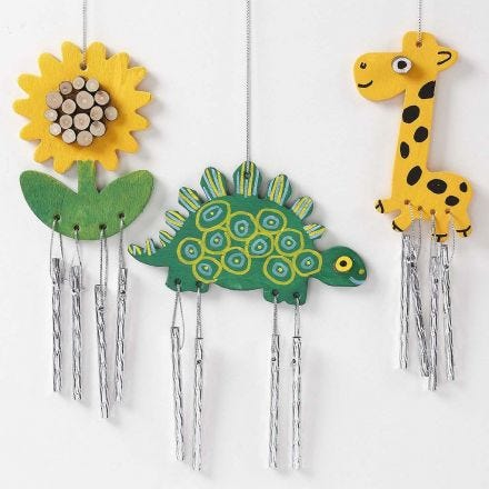 Des carillons à vent peints et décorés avec des disques en bois et des dessins graphiques