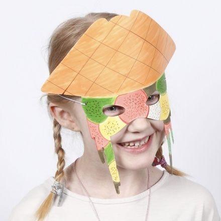 Un masque en papier cartonné décoré avec des marqueurs